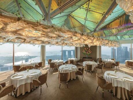 Para una ocasión especial en Singapur, recomendamos el romántico restaurante JAAN by Kirk Westaway con increíbles vistas de Marina Bay