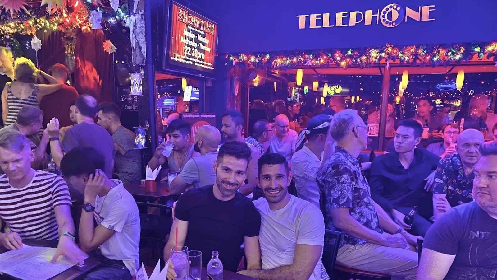Rejoindre une visite gay privée de Bangkok est le moyen idéal pour être introduit sur la scène gay d'une manière qui convient à vos goûts personnels.