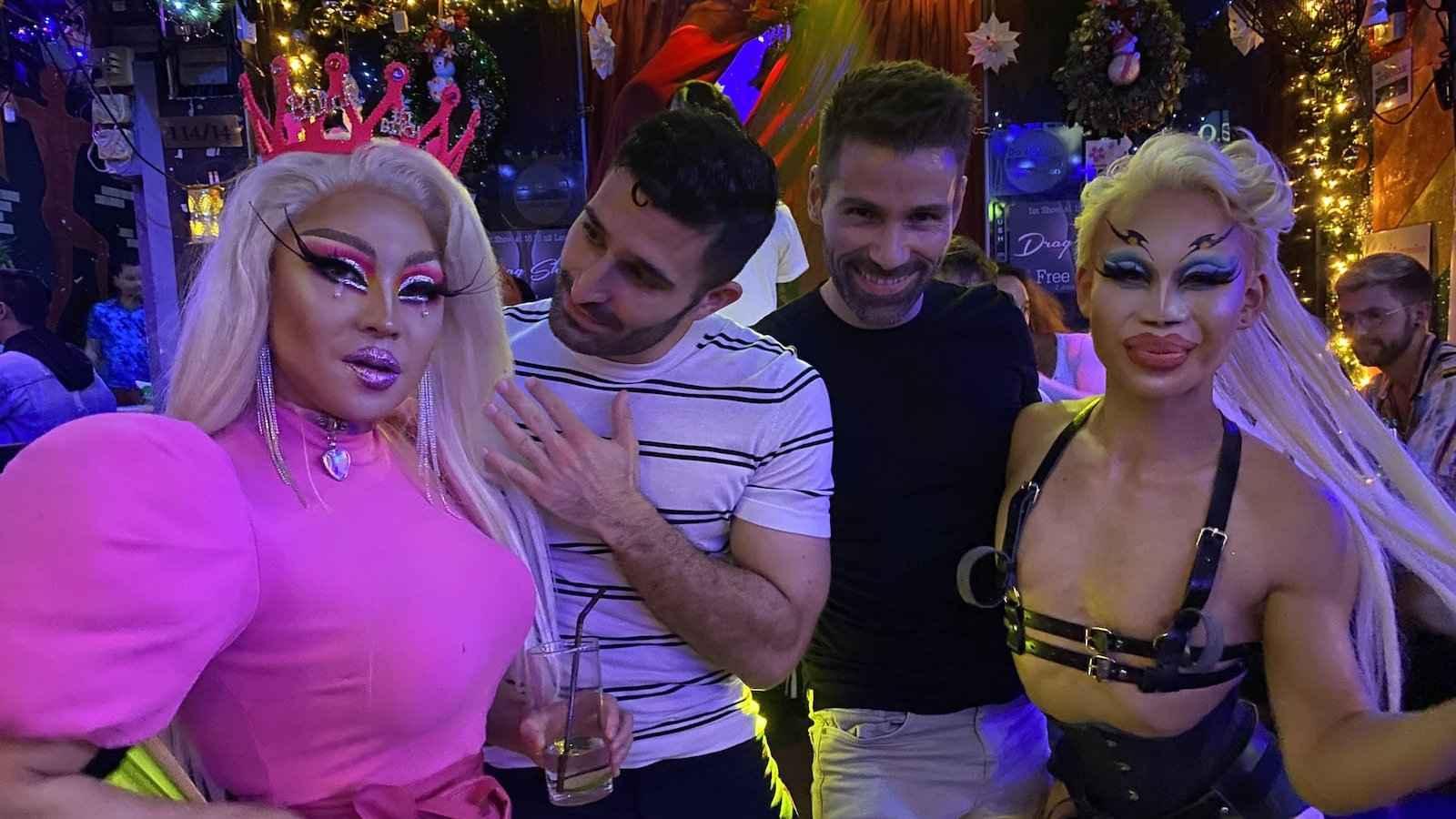 Vous pouvez rejoindre une visite gay de la vie nocturne de Bangkok qui vous emmènera dans les meilleures boîtes de nuit où vous pourrez faire la fête comme un local avec les reines les plus féroces
