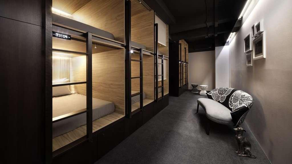 Le Pod Capsule Hotel à Singapour n'est pas l'auberge typique, avec des capsules élégantes et privées, de belles salles de bains et de nombreux équipements gratuits, y compris le petit-déjeuner.