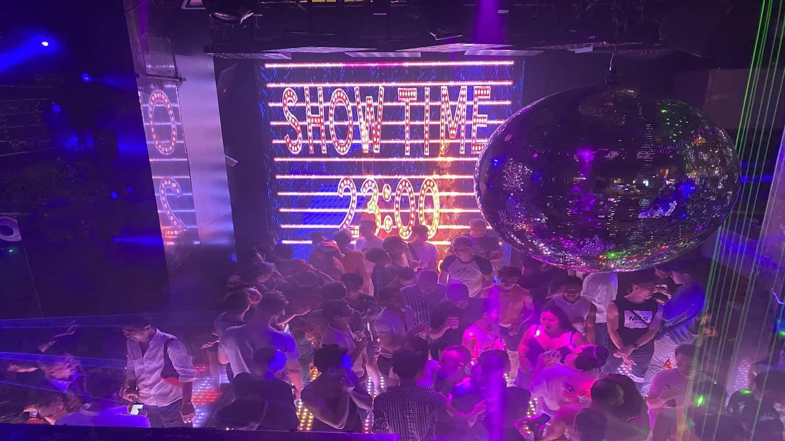 Si vous voyagez seul, nous vous recommandons de faire une visite de groupe de la vie nocturne gay de la scène gay de Bangkok pour vous faire rapidement de nouveaux amis
