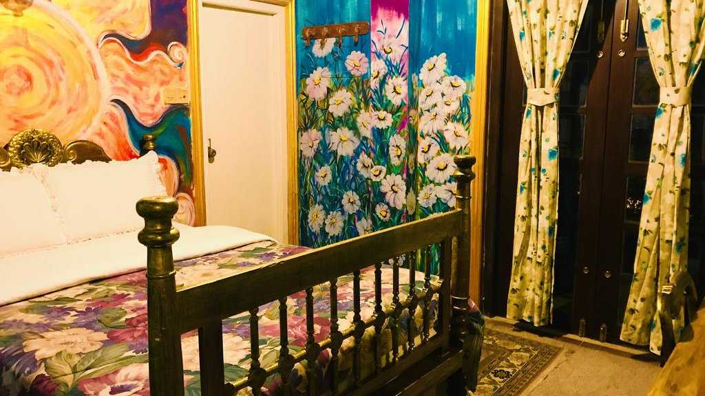 If you like art you will love staying at the eclectic Heidi's Home in Nuwara Eliya