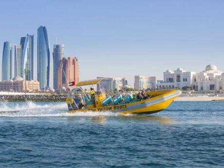 Faça um passeio de lancha para ver Abu Dhabi de uma perspectiva divertida e diferente