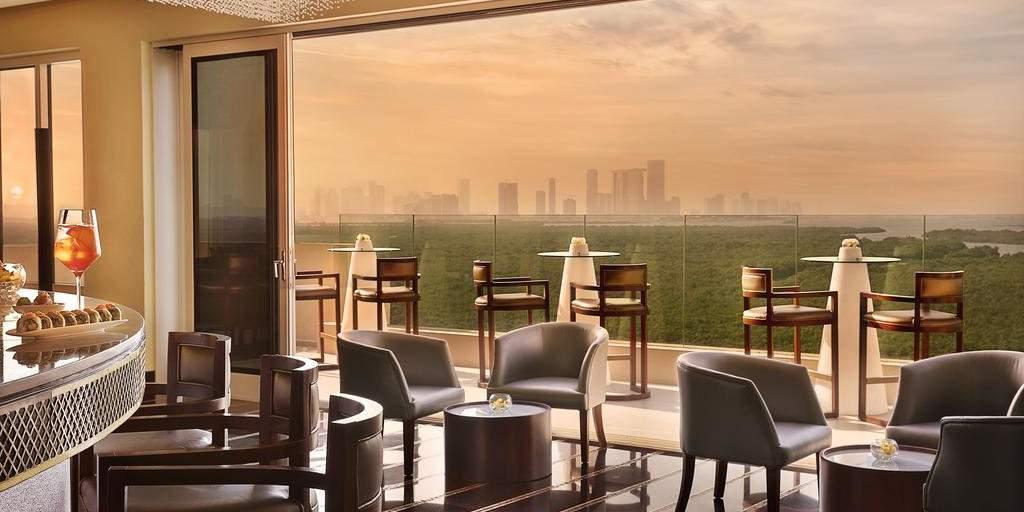 O hotel Anantara Eastern Mangroves oferece vistas deslumbrantes sobre a cidade e mangues