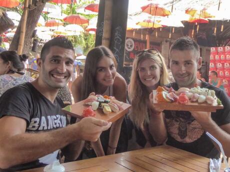 Evolution Bar: Nomadic Boys com amigos experimentando os deliciosos sushis