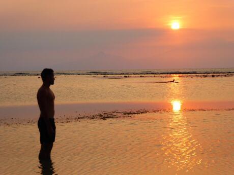 Um pôr do sol romântico em Gili Trawangan, um pequeno paraíso para casais gays