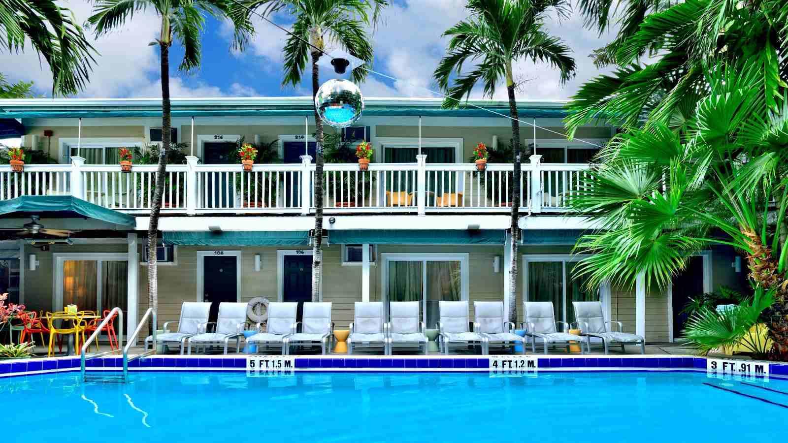 Island House é um fabuloso resort gay em Key West que é opcional para roupas e apenas para homens!