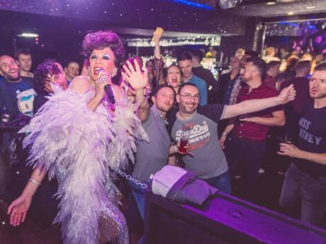 Nova York Nova York é um bar pequeno e bastante exclusivo em Manchester, mas eles ainda fazem shows épicos de drag!