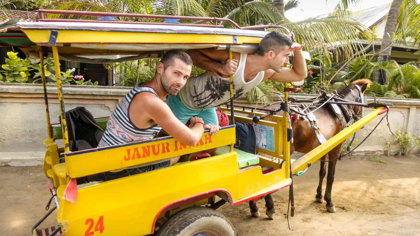 Meninos nômades nas ilhas Gili verificando se é seguro para viajantes gays