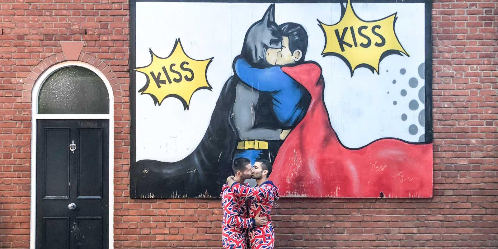 Manchester é muito amigável para gays e até apresenta obras de arte de rua