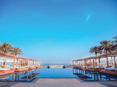 Para um dia relaxante e decadente, visite o Saadiyat Beach Club em Abu Dhabi - que serve comida deliciosa!