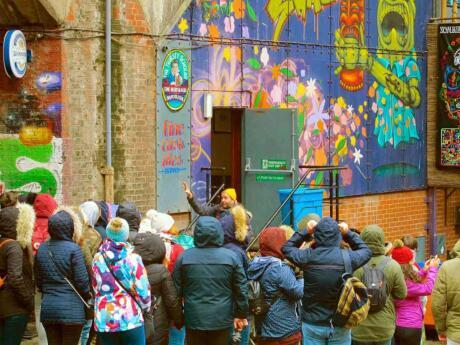 O Si Manchester oferece passeios gays gratuitos a Manchester com muita diversão e paradas em populares bares gays