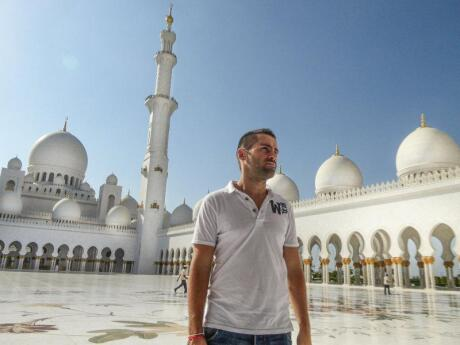 Um dos principais pontos turísticos de Abu Dhabi é a incrível Grande Mesquita Sheikh Zayed