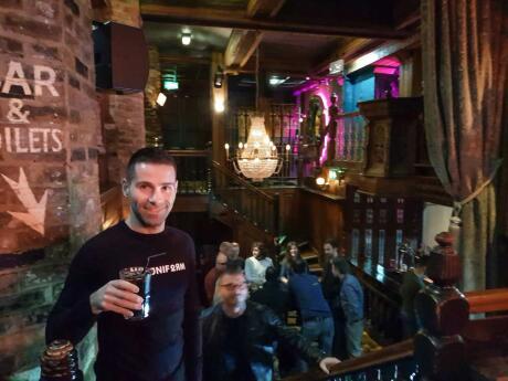 Via é um bar gay divertido em Manchester com uma multidão mista e um show de drag em algum momento da noite