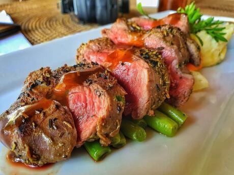 Deliciosa carne rara preparada no Wilson Bar and Cuisine, um local romântico para casais gilis
