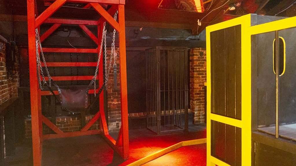 321 Slammer é um clube masculino privado com áreas de lazer públicas e privadas para todos os tipos de diversão desobediente