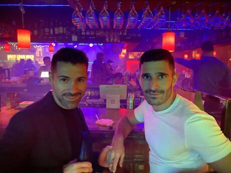 O Alibi Monkey Bar é um dos maiores e mais antigos bares gays de Fort Lauderdale, com muitos eventos como shows de drag e karaokê