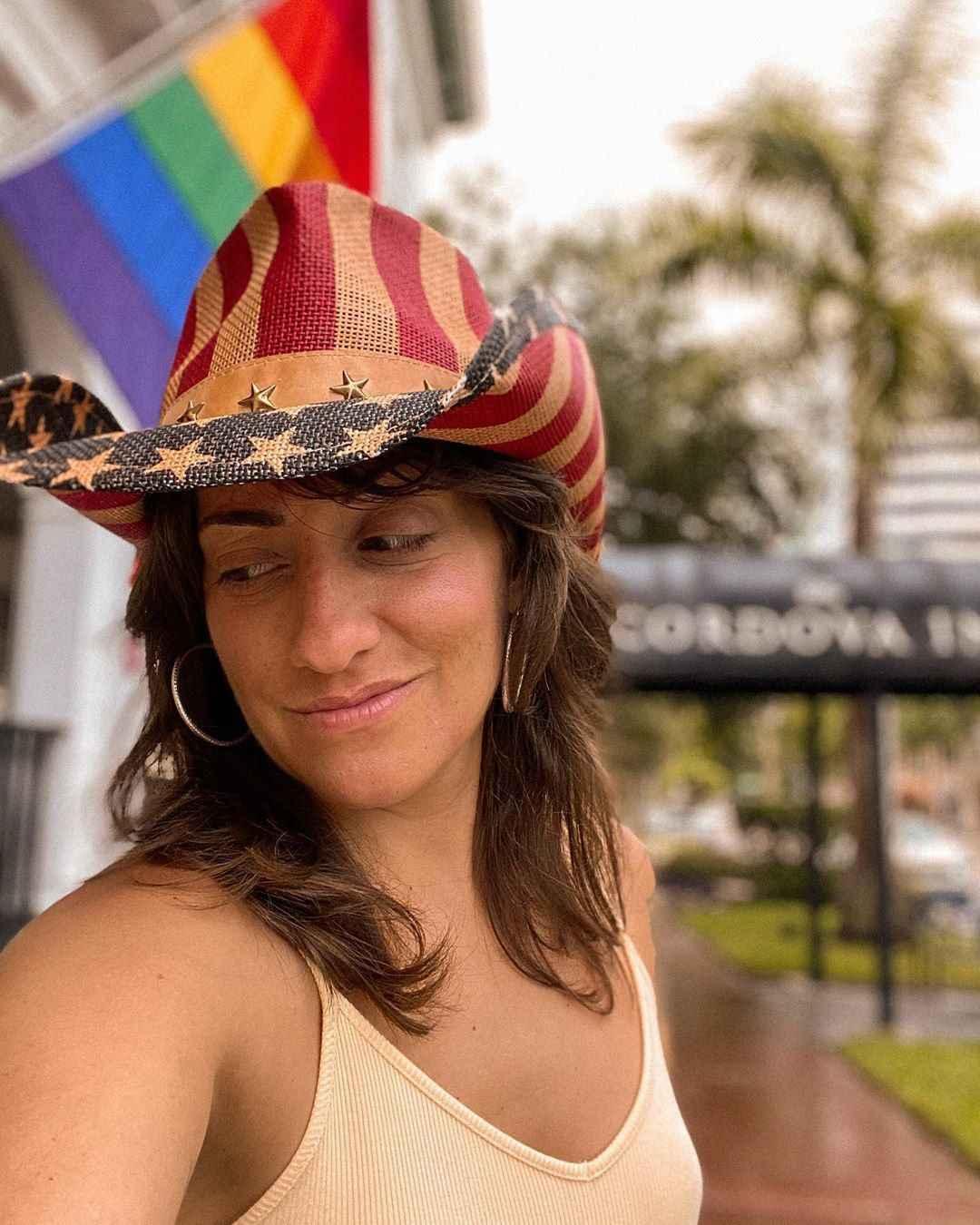 Arielle é uma lésbica barulhenta e orgulhosa que desafia estereótipos em seu Insta e Youtube