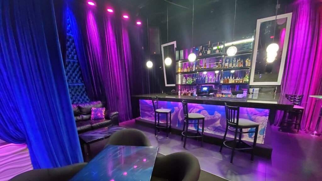 Boardwalk é um bar gay em Fort Lauderdale famoso por suas margaritas, dançarinos e refeições de US $ 5 após a meia-noite do seu