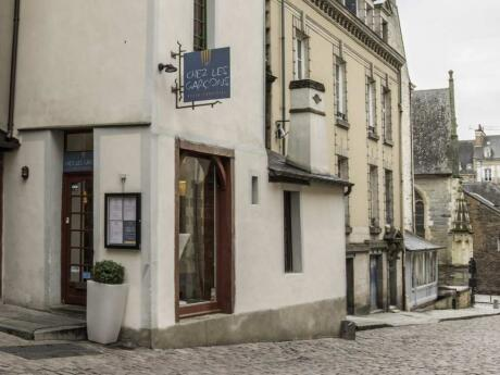 Para uma recepção calorosa e cozinha rústica francesa, visite o restaurante Chez les Garcons em Lyon