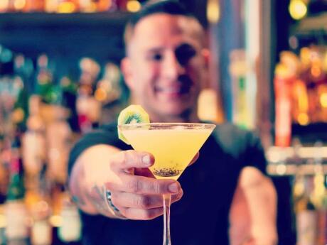 Drynk é um bar gay refrigerado que parece um chalé e serve excelentes coquetéis