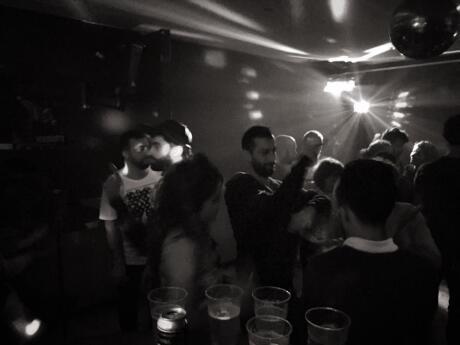 It Bar é um bar gay de abertura tardia, especializado em hits dos anos 80 e é um local divertido para dançar em Lyon