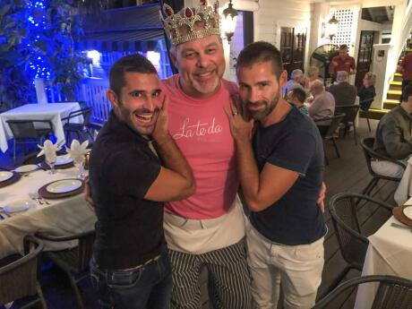 Os meninos nômades com o carismático chef do restaurante gay Lateda em Key West