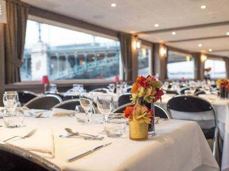 Para algo verdadeiramente romântico, faça um cruzeiro de jantar no rio em Lyon
