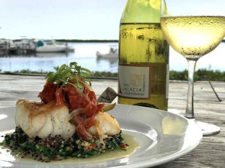 O Morada Bay é um restaurante muito romântico, situado na areia, servindo comida deliciosa e excelentes coquetéis