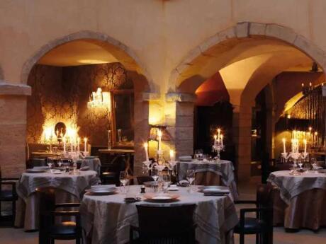 Les Loges é o restaurante principal do lindo hotel Cour des Loges, com uma estrela Michelin e um ambiente verdadeiramente romântico