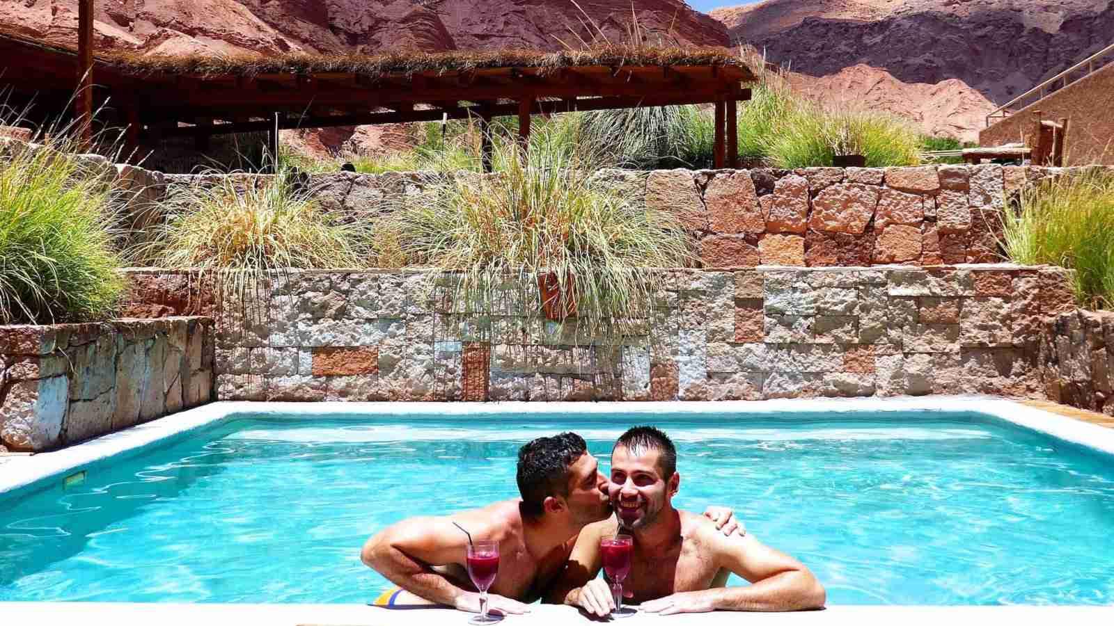 Nós amamos o hotel gay friendly Alto Atacama no Chile, especialmente suas muitas piscinas de imersão!