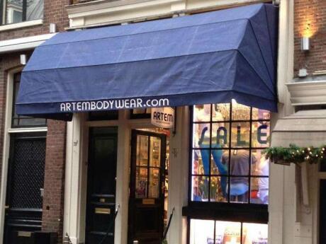 Artem vende roupas íntimas e roupas de banho gays em Amsterdã