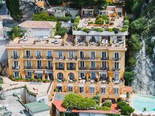 Find out the best places for gay travellers to stay in Nice!