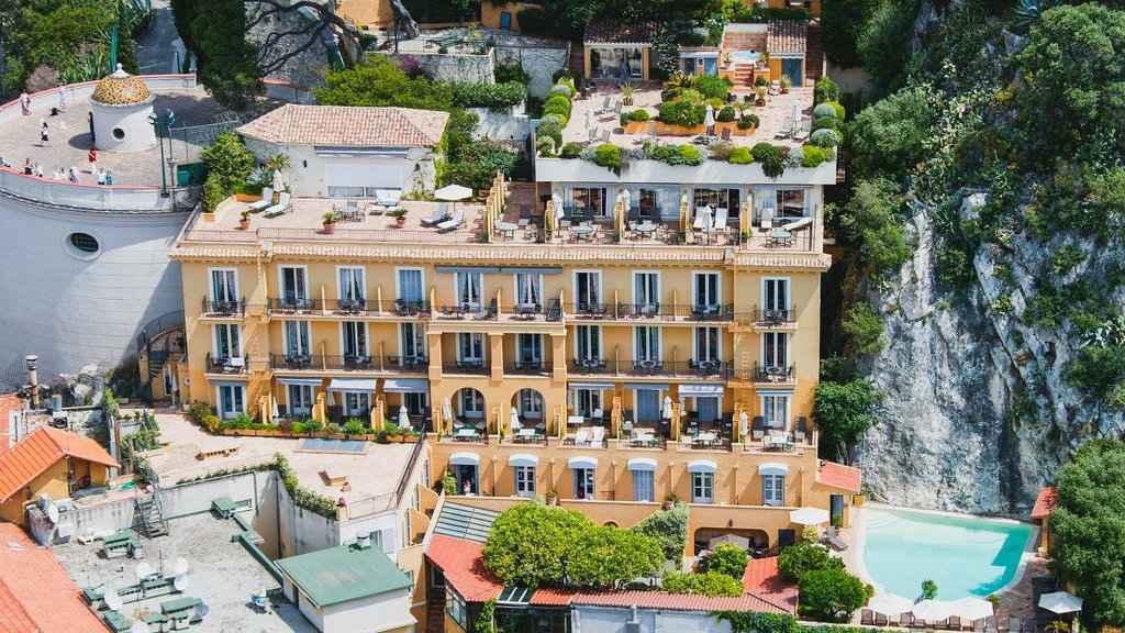 O Hotel La Perouse está situado na Colina do Castelo de Nice e possui uma linda piscina