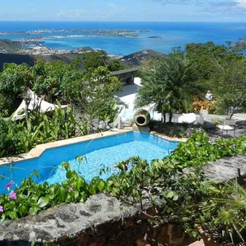 Villa Rainbow é um lindo local gay para ficar em Saint Martin, com uma bela piscina e vistas incríveis