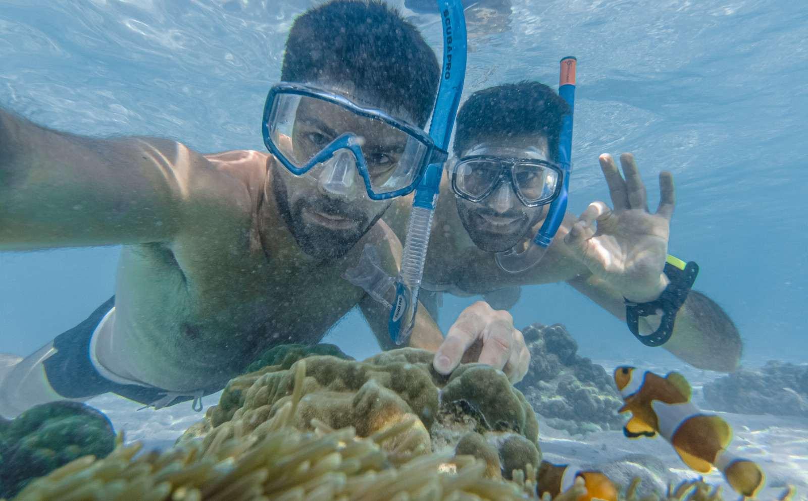 Meninos nômades relaxando nos caribenhos