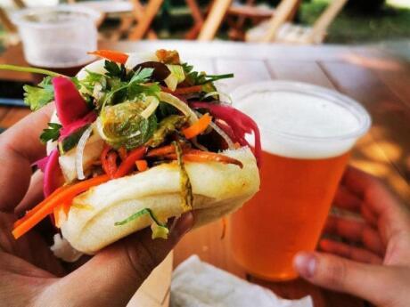 Barrio Huerto Resto-Bar em Valparaíso serve comida de rua chilena saborosa