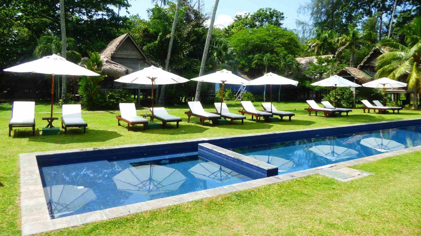 No Bon Ton Resort em Langkawi, os viajantes gays podem se hospedar em vilas tradicionais de madeira cercadas por uma plantação de coco