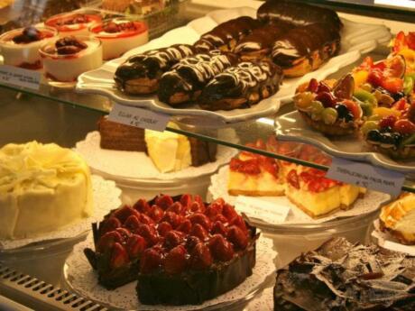 Petit Four é uma padaria e café de lésbica que faz deliciosos bolos, doces e outras delícias assadas