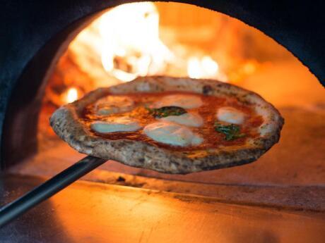 La LeGGenda Pizzeria is our favourite spot for yummy carb loading in Miami Beach!