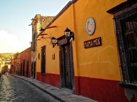 O MAMA MIA é composto por várias áreas de bar menores e um restaurante fabuloso que serve deliciosos pratos latinos e italianos