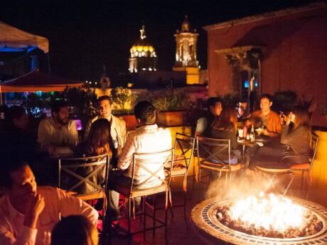 Além de vários bares, o MAMA MIA também é o lar de um restaurante fabuloso que serve excelente comida mexicana picante