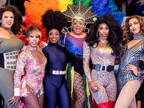 O bar gay Palace em Miami também oferece um fabuloso brunch gay drag com mimosas ilimitadas!