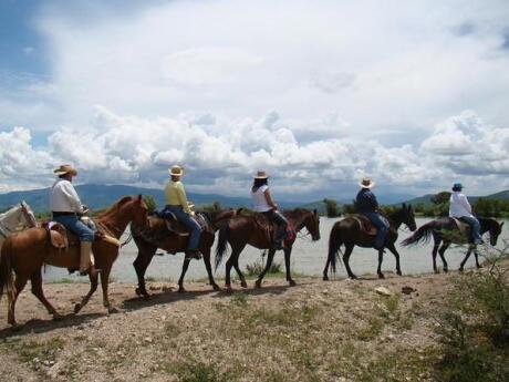 Andar a cavalo pelo Coyote Canyon é uma maneira divertida de sentir sua própria fantasia mexicana