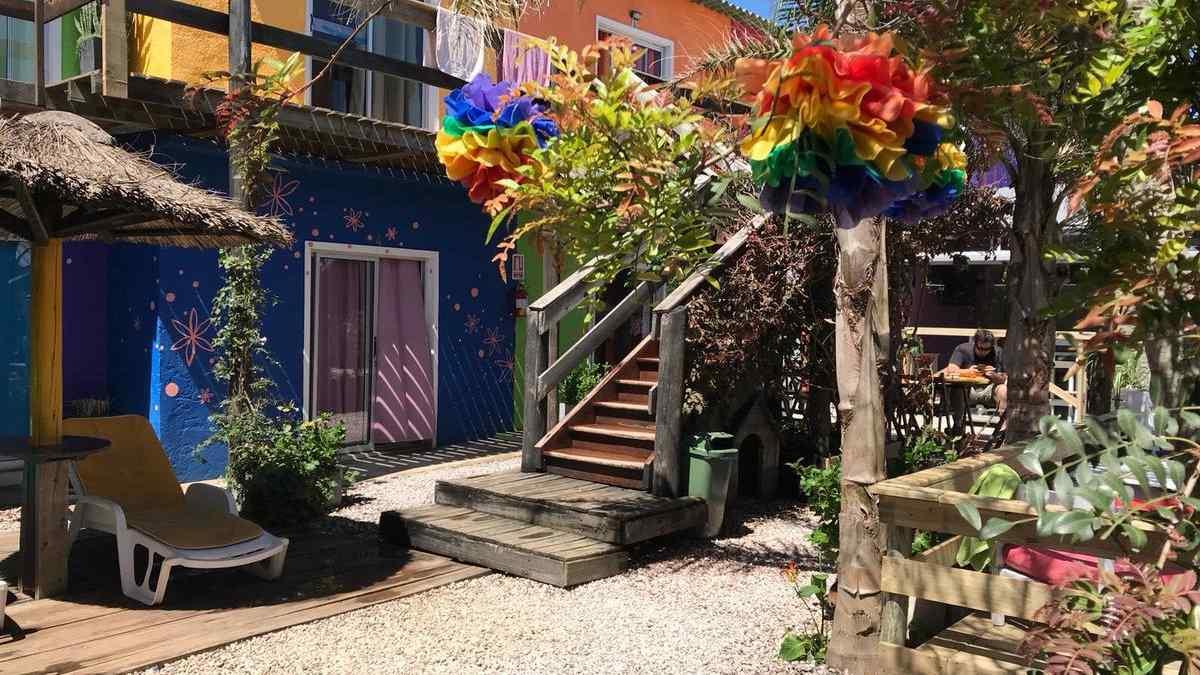 Os viajantes gays para o Uruguai com orçamento limitado vão adorar o colorido Valizas Hostel em Barra de Valizas