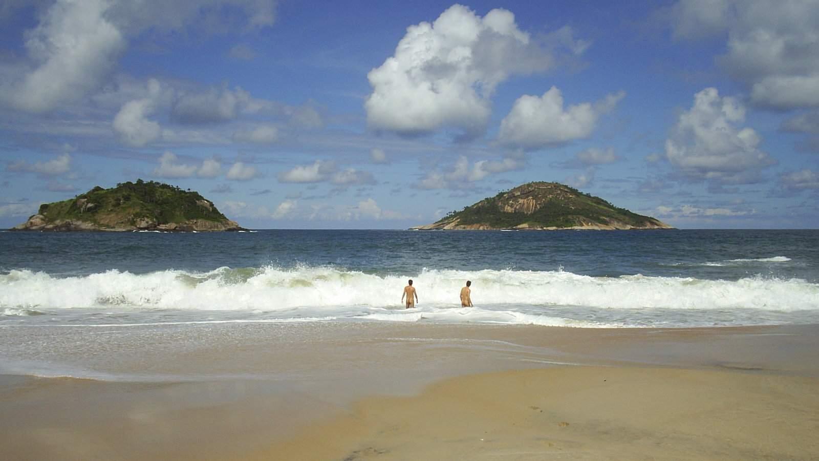 A Praia do Abrico é uma divertida praia de nudismo perto do Rio, no Brasil, que é muito descontraída