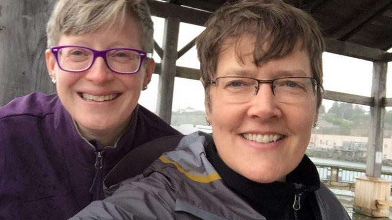 Em All Options Considered Ali e Allison escrevem sobre independência financeira e viagens de uma perspectiva gay
