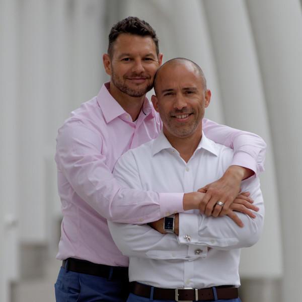 Adoramos ler o blog The Debt Free Guys porque eles oferecem dicas financeiras úteis para leitores gays