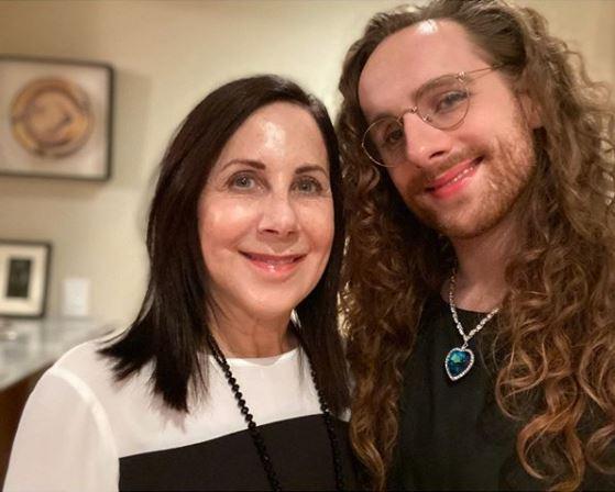 O blog e o livro de Julie Tarney sobre seu filho trans é uma leitura inspiradora e útil