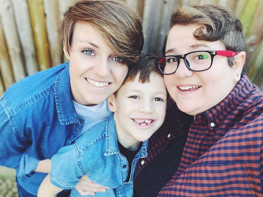 Em My Two Mums, o casal Kirsty e Clara compartilham detalhes de suas vidas como mães com o filho